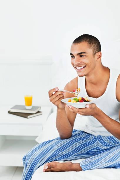 Junger Mann Essen Müsli im Schlafanzug – Foto