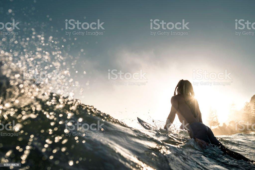 Junger Mann ins Meer genießen und Wellenreiten lernen – Foto