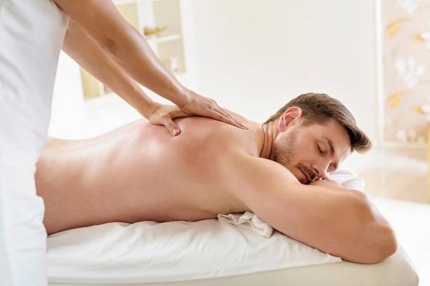 Junger Mann genießen eine Massage – Foto