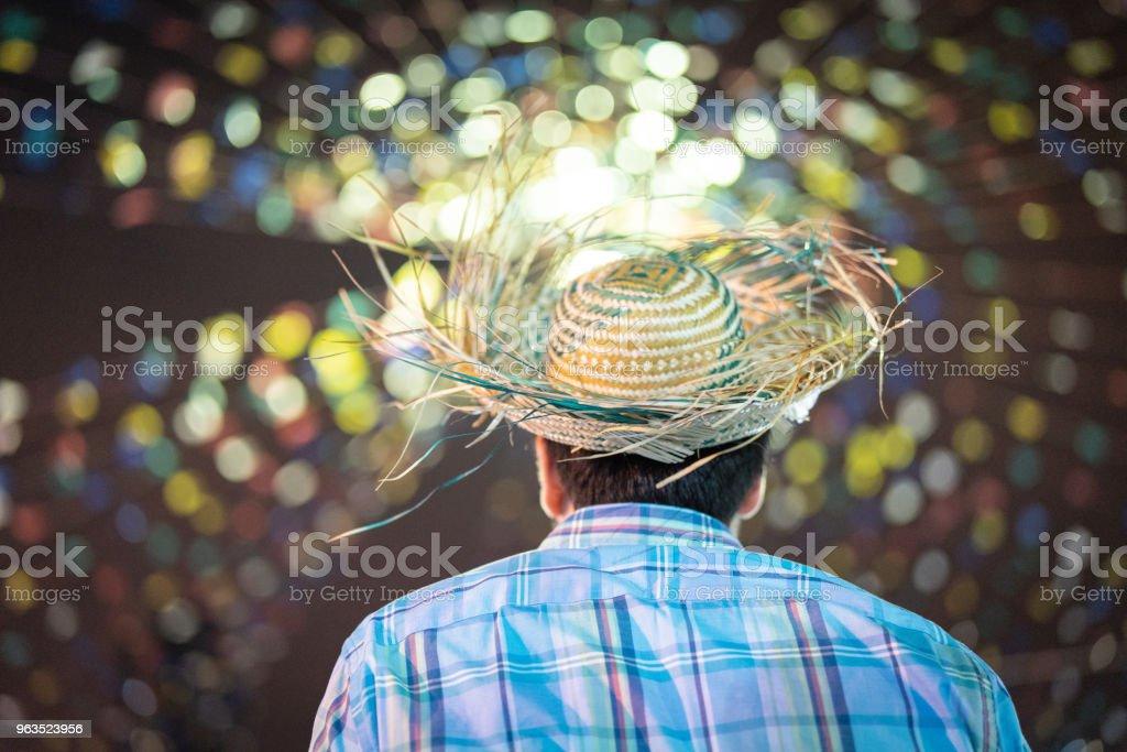Jovem, desfrutando a famosa Festa Junina brasileira - foto de acervo