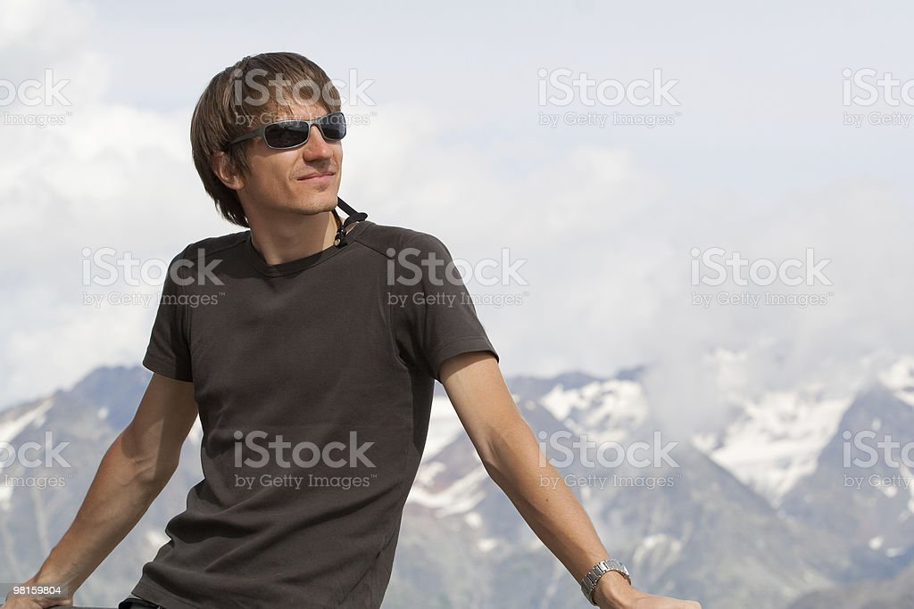 Giovane uomo godendo la montagne foto stock royalty-free