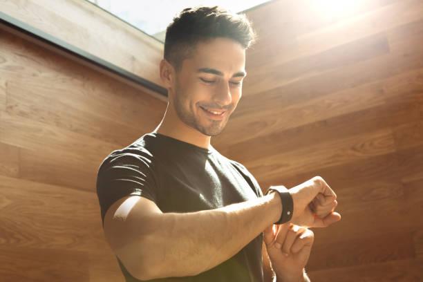 exercice de jeune homme dans le mode de vie sain gym - chrono sport photos et images de collection