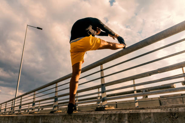 young man exercise in urban environment - runner rehab gym foto e immagini stock
