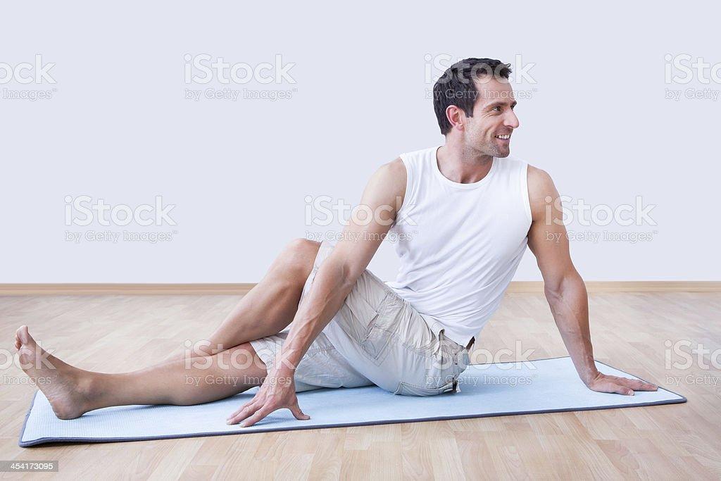 Hombre joven ejercicio en colchoneta de ejercicio - Foto de stock de Actividad libre de derechos