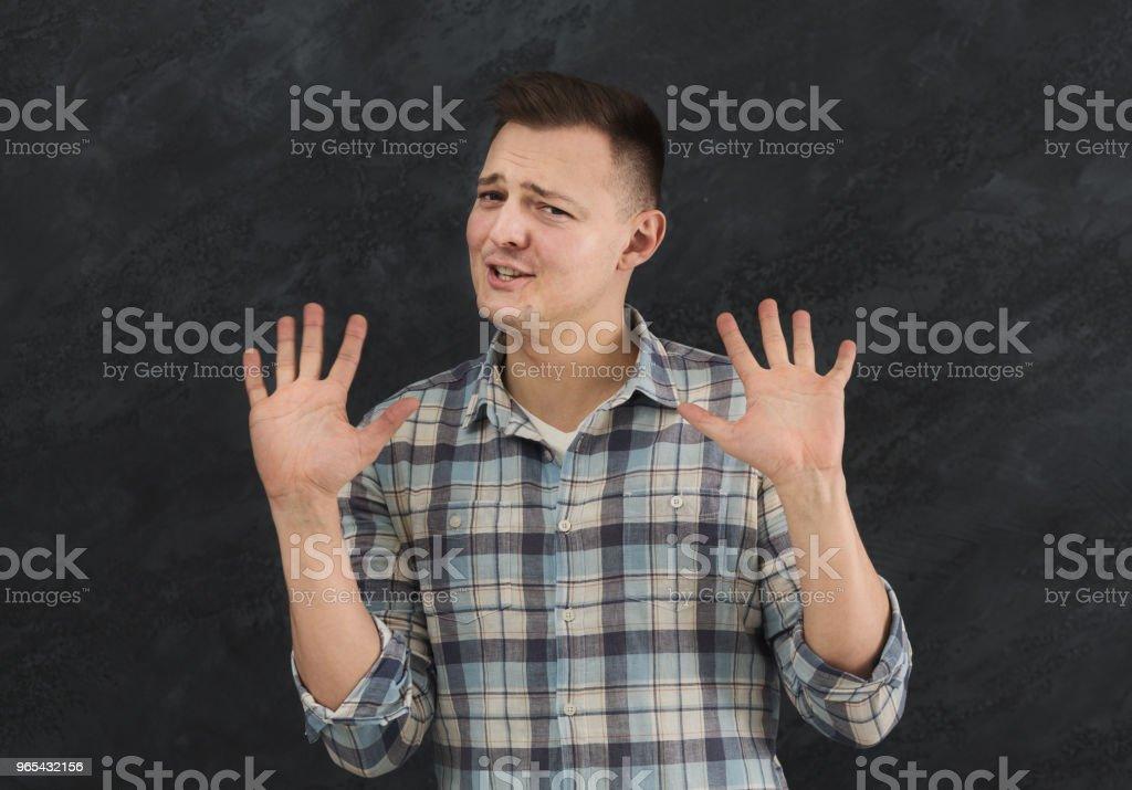 혐오를 표현 하는 젊은 남자 찡그린 - 로열티 프리 개념 스톡 사진
