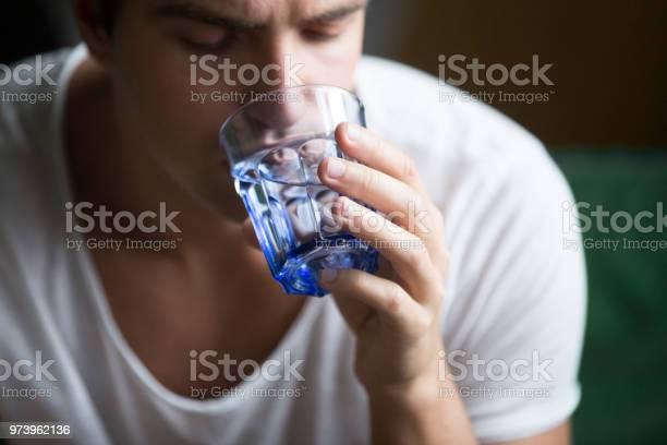 Junger Mann Durstgefühl Dehydriert Halten Glas Wasser Trinken Nahaufnahme Stockfoto und mehr Bilder von Wasser