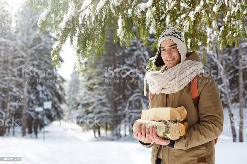 Junger Mann, sammeln Holz im Wald – Foto
