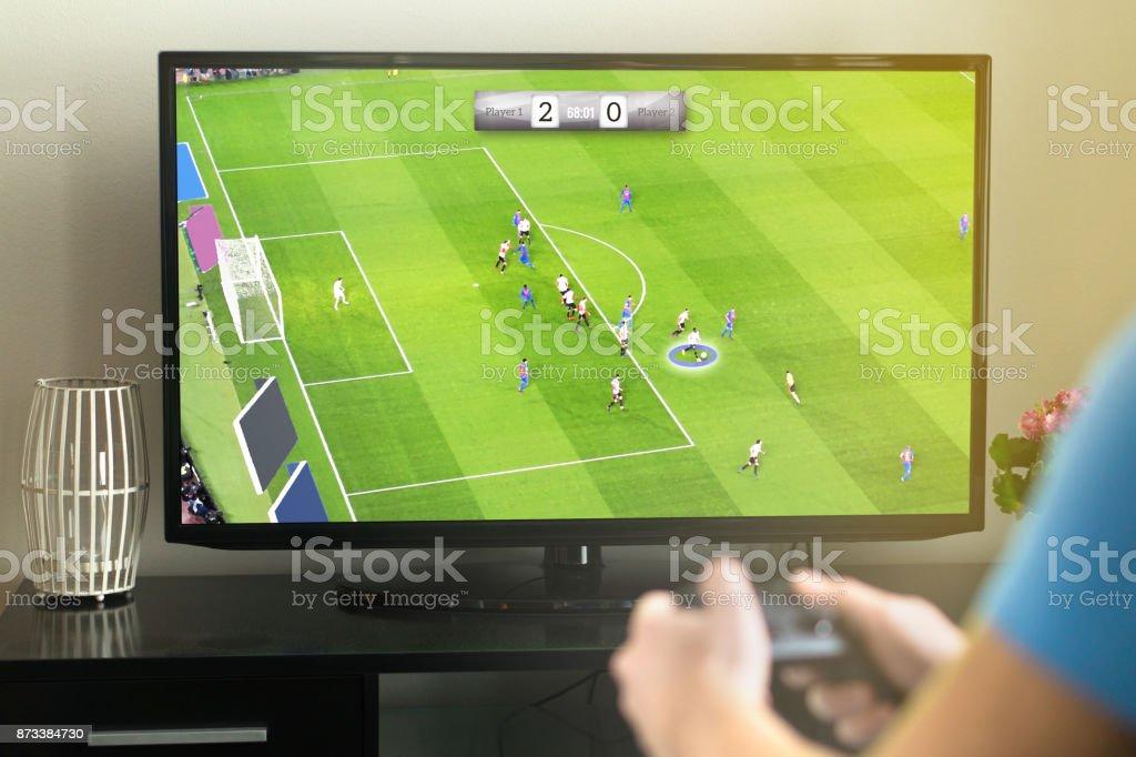 Hombre joven de salir y juego imaginario soccer o fútbol video con consola y tv. - foto de stock