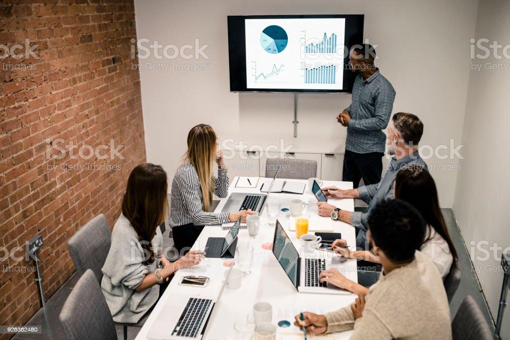 Junger Mann hat Präsentation mit Graph auf LCD-Bildschirm – Foto