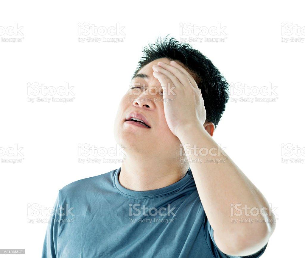 Maux de tête jeune homme devant un fond blanc photo libre de droits