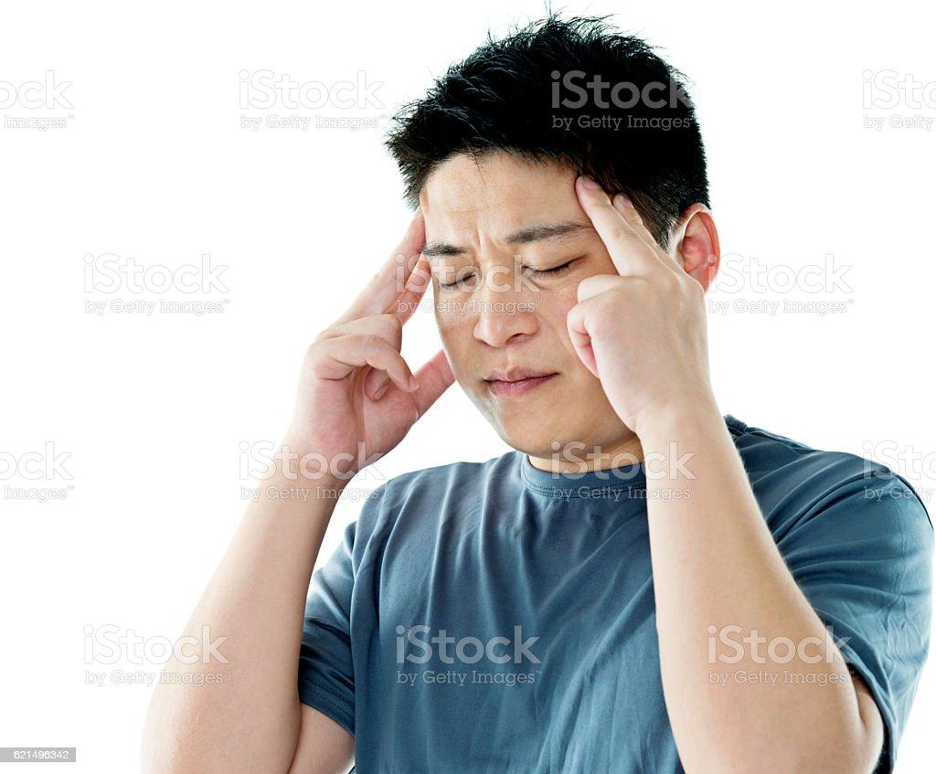 Junger Mann Kopfschmerz gegen weißem Hintergrund Lizenzfreies stock-foto