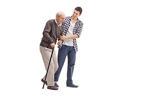 Joven ayudando un Senior Caballero - foto de stock