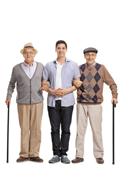 Hombre joven ayudando a dos ancianos con bastones - foto de stock