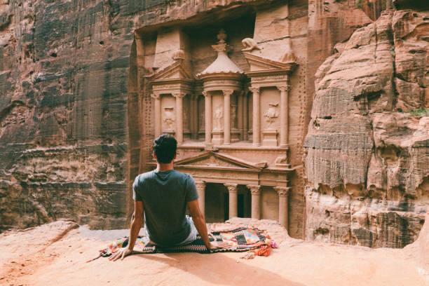 jeune homme randonnée à pétra (jordanie) - jordan photos et images de collection
