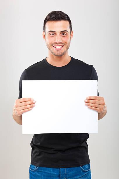 Junger Mann hält eine leere Seite – Foto