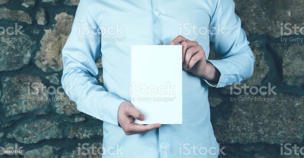 Jonge man met een boek foto