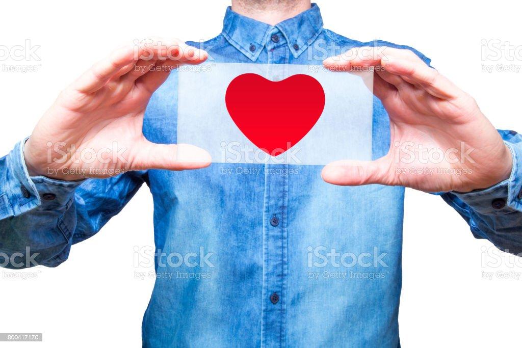 Jovem, segurando um coração em plano de duas mãos, conceito de espírito de serviço. Fundo branco - foto de acervo