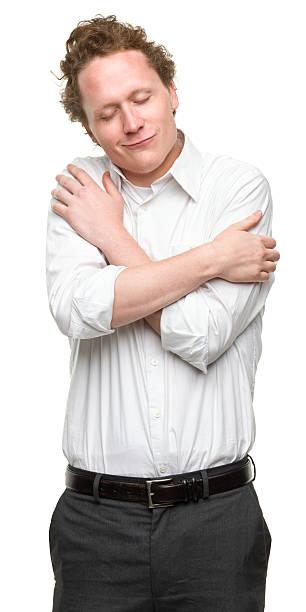 Jeune homme se mettre les bras autour du corps - Photo