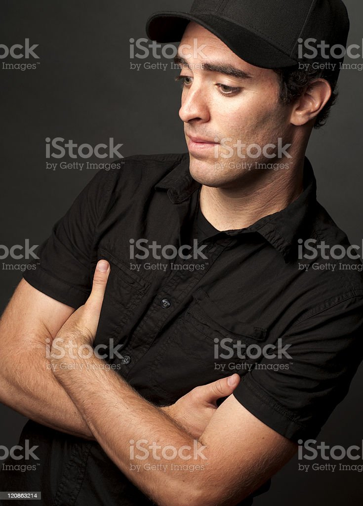1065ae2198a6 Hombre Joven En Camisa Negra Y Retrato De Gorra De Béisbol Foto de ...