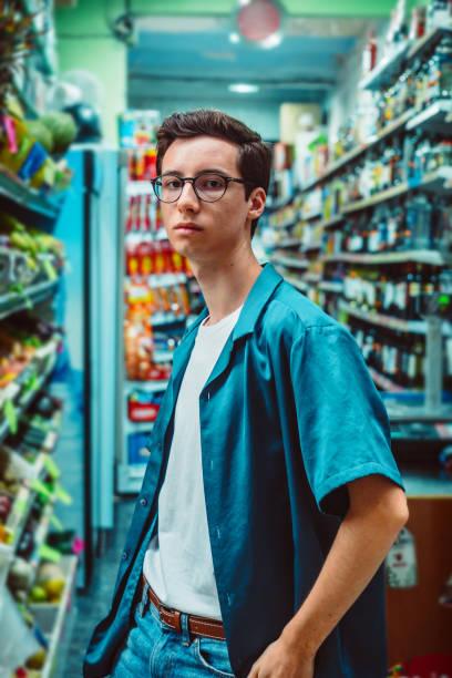 Junger Mann in einem Supermarkt – Foto