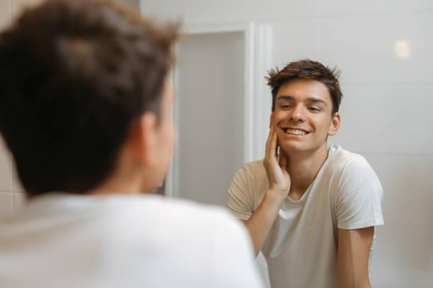 jeune homme dans la salle de bain. routine matinale - Photo