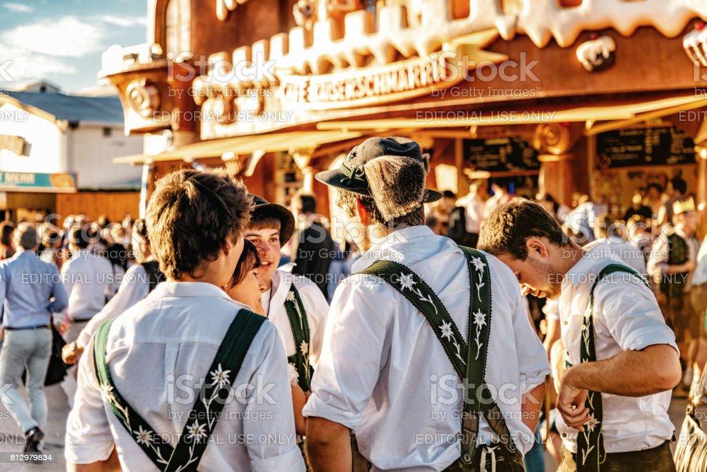 vestir a joven en Bávaro en el oktoberfest en munich - foto de stock