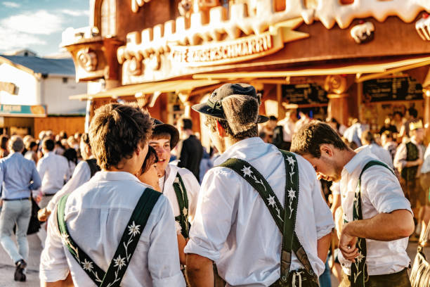 vestir a joven en bávaro en el oktoberfest en munich - oktoberfest fotografías e imágenes de stock