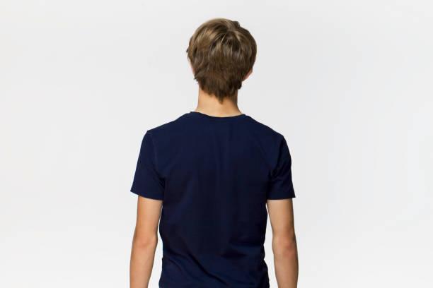 Junger Mann im schwarzen T-shirt mit blonden Haaren zurück Porträt. Isoliert auf weißem Hintergrund – Foto
