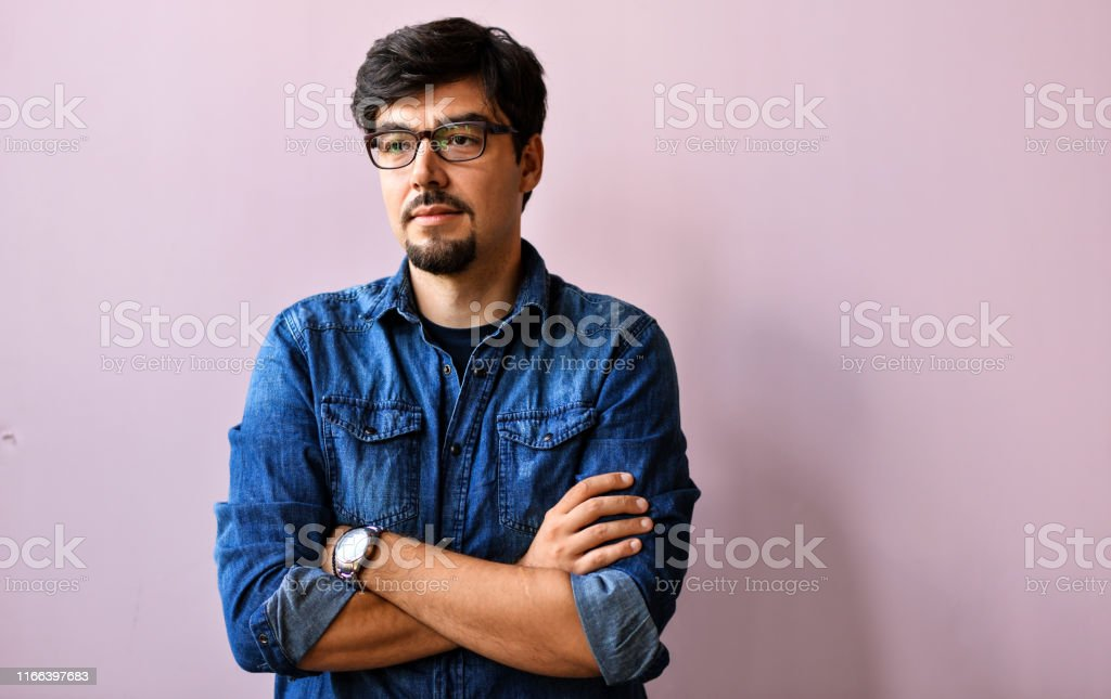 Jonge man in blauw shirt over roze achtergrond - Royalty-free Abstract Stockfoto