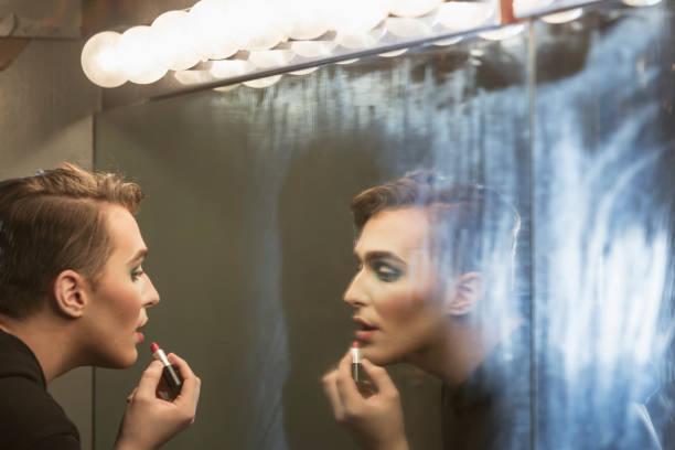 junger mann in umkleidekabine schminken-drag-queen - anzieh nacht stock-fotos und bilder