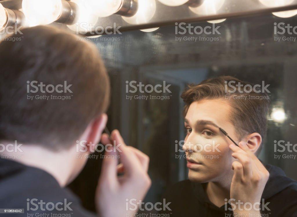 Hombre Joven En Cuarto De Vestir Maquillar Foto De Stock Y