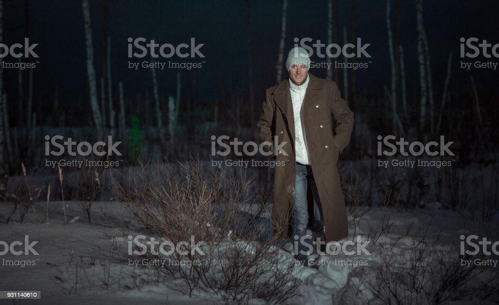 Jovem em Capote na floresta morta - foto de acervo