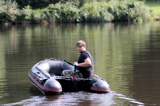 Ein Mann Schlauchboot