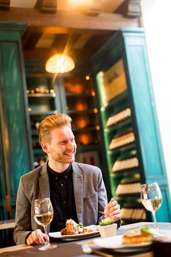 Young Man In Restaurant-foton och fler bilder på Banta