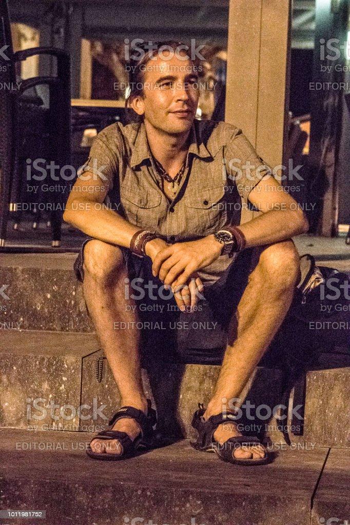 Hombre joven en la noche - foto de stock