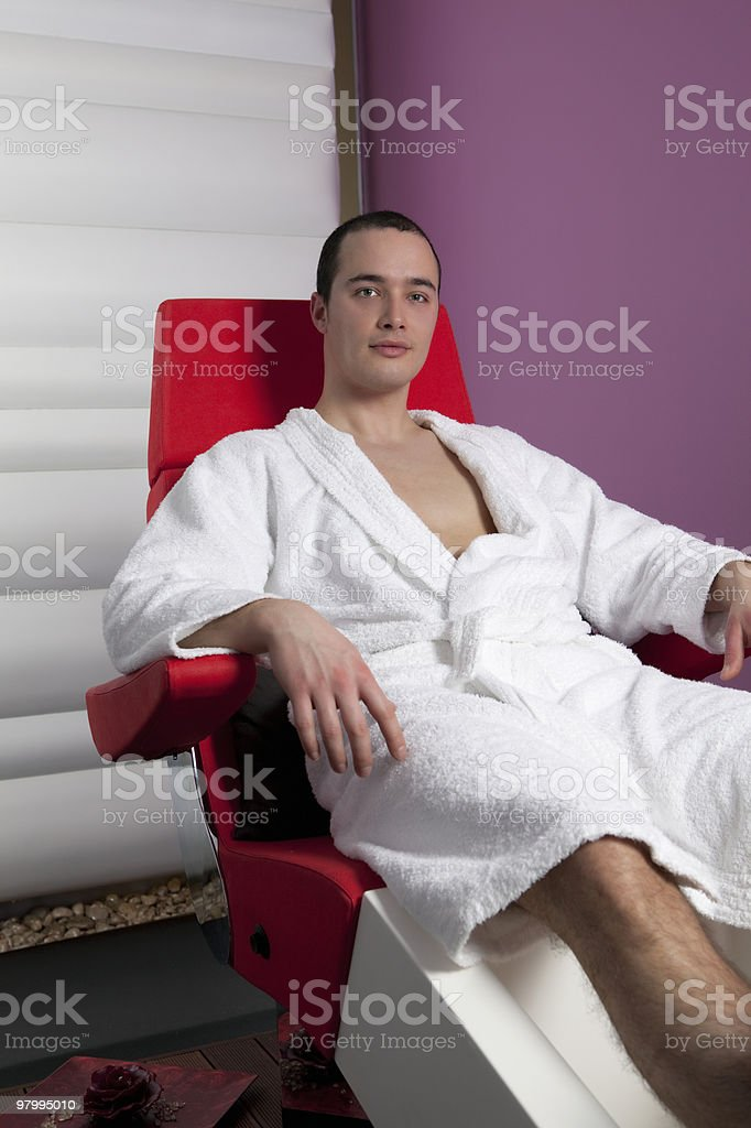 Young Man in the Pedicure Chair royalty free stockfoto