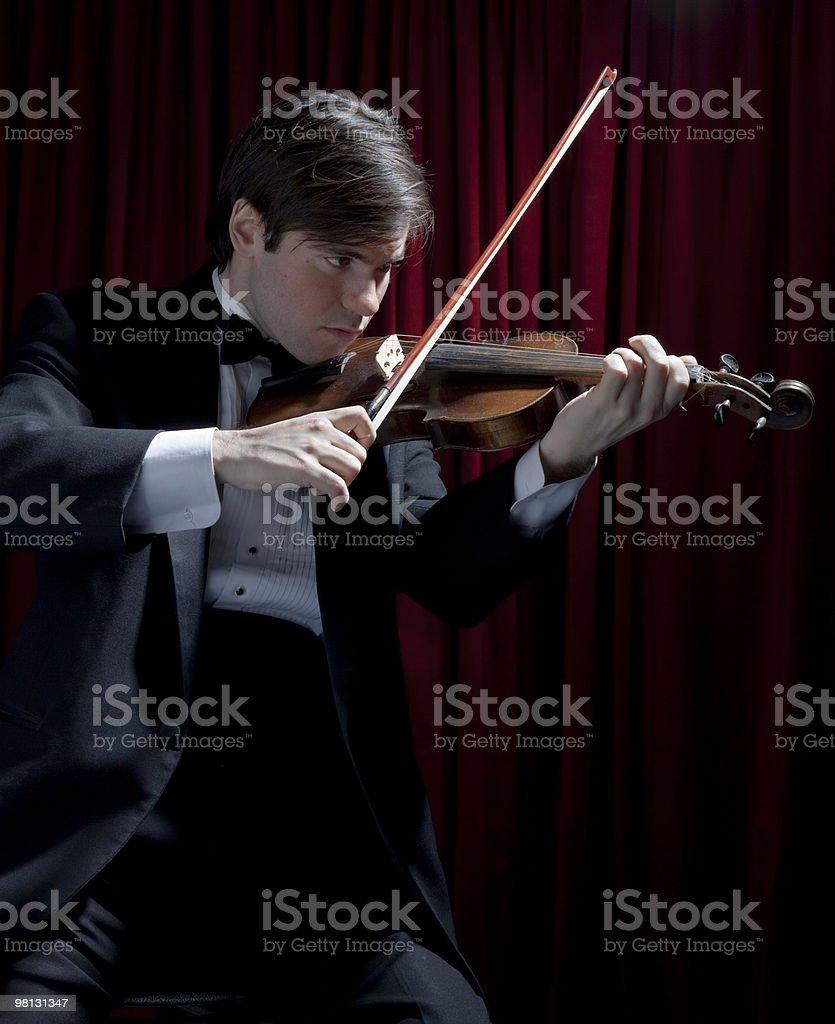 Giovane uomo in smoking suona il violino foto stock royalty-free