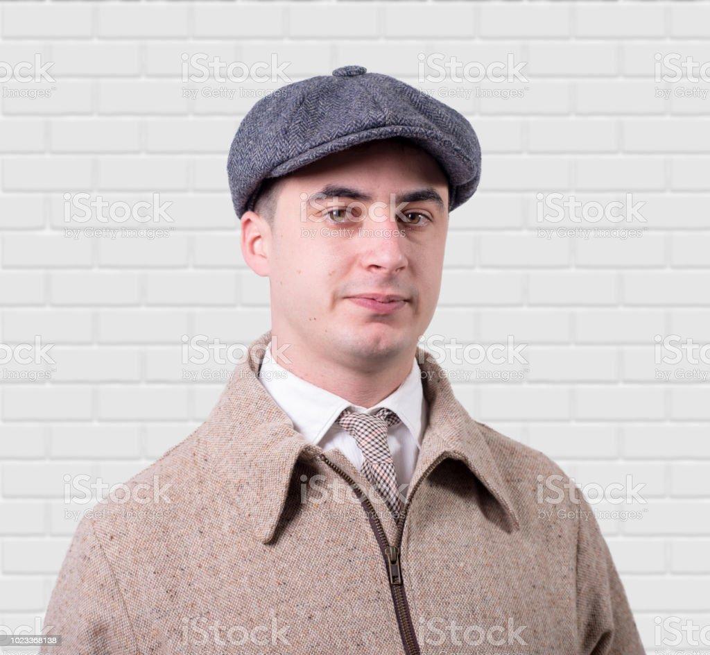 Junger Mann In Vintagekleidung Mit Hut 1930stil Auf Weiss Stock
