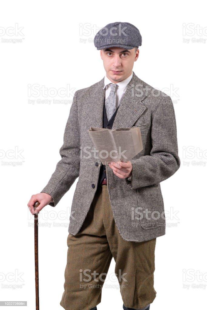 Junger Mann In Vintagekleidung Mit Hut Lesen Eine Zeitung 1940stil