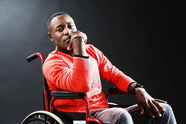 Jeune homme en fauteuil roulant est bien pensées, peut-être déprimé - Photo