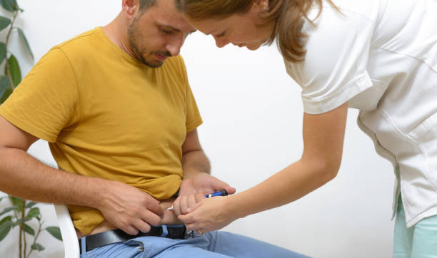 Junger Mann spritzt Insulin in den Bauch Haut. – Foto