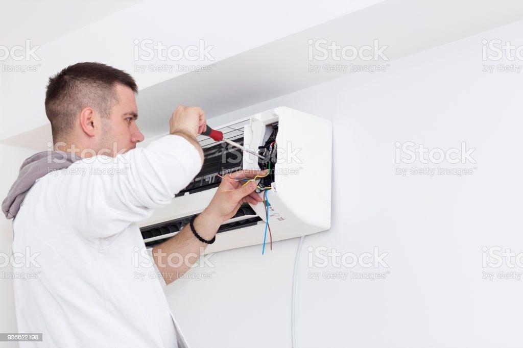 Junger Mann Installation Klimaanlage in einer Wohnung – Foto