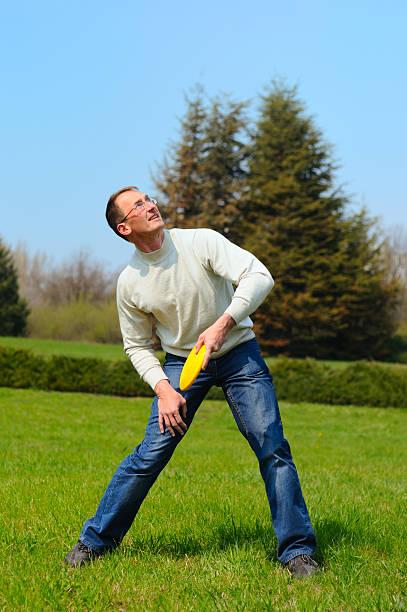 Junger Mann spielt Frisbee – Foto