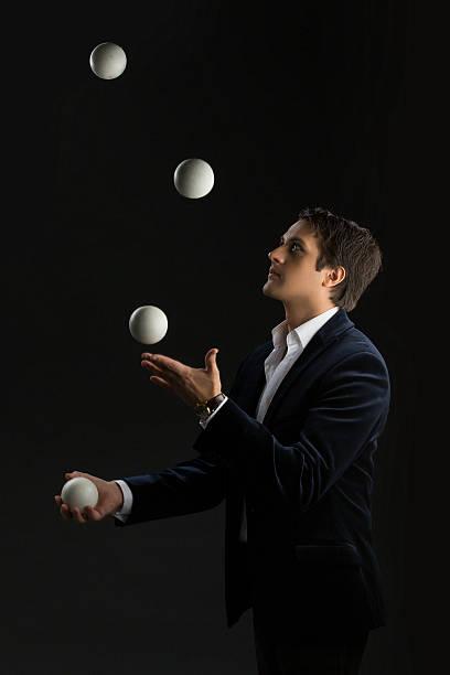 Młody człowiek Żonglerka piłki – zdjęcie
