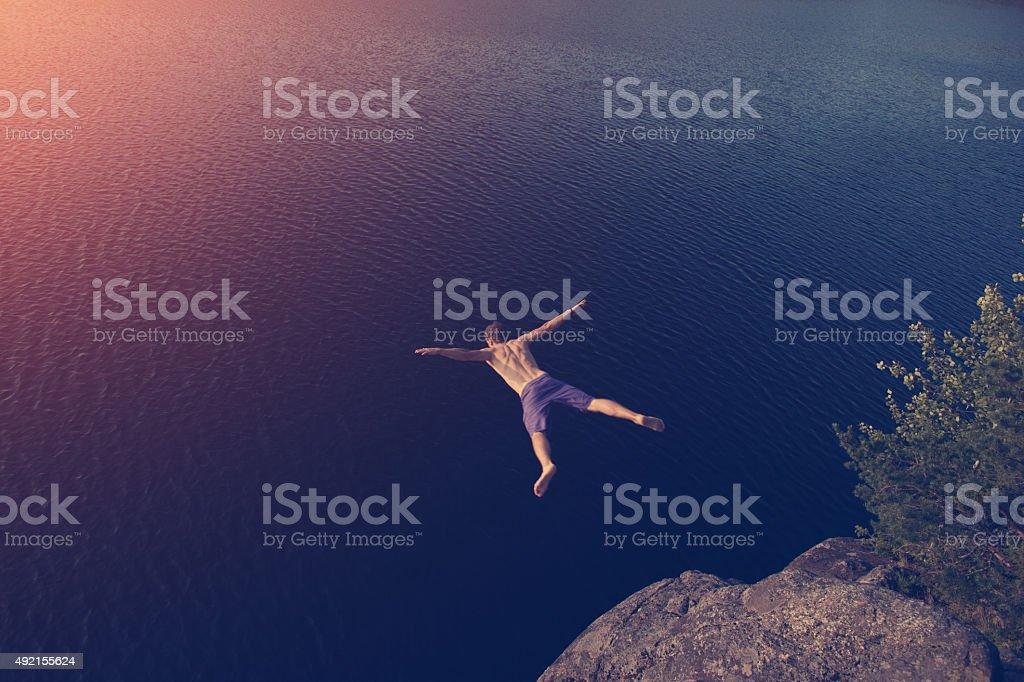 Junger Mann springt auf den See – Foto