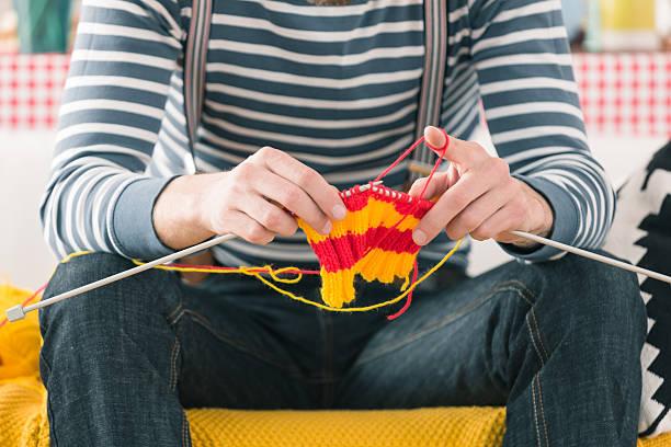 giovane uomo lavorare a maglia - lavorare a maglia foto e immagini stock