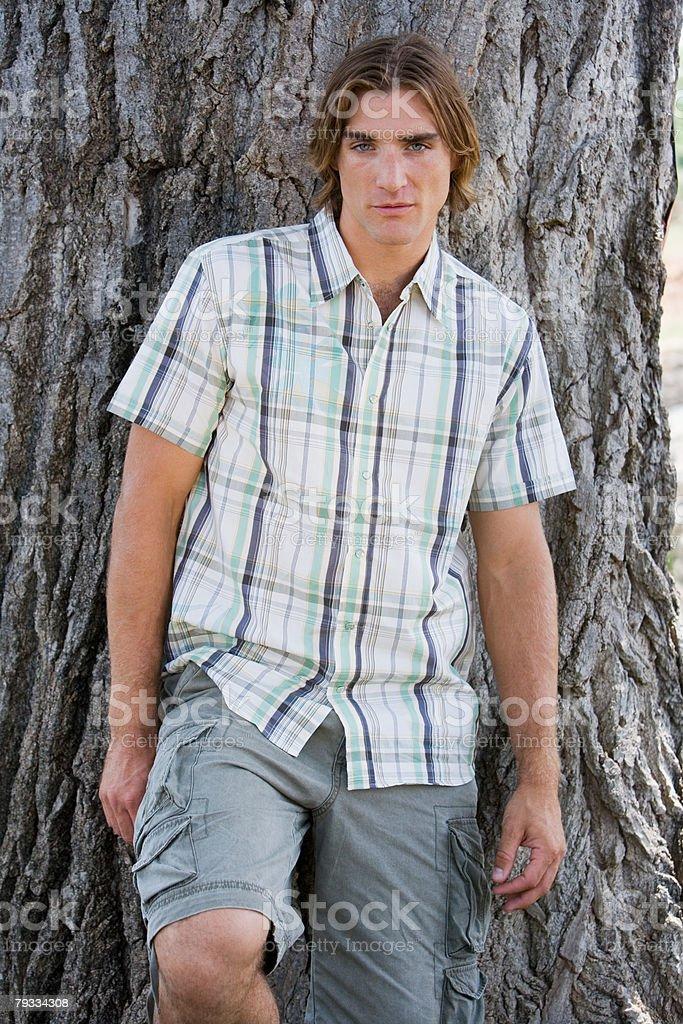 젊은 남자 피사의 대해 트리 royalty-free 스톡 사진