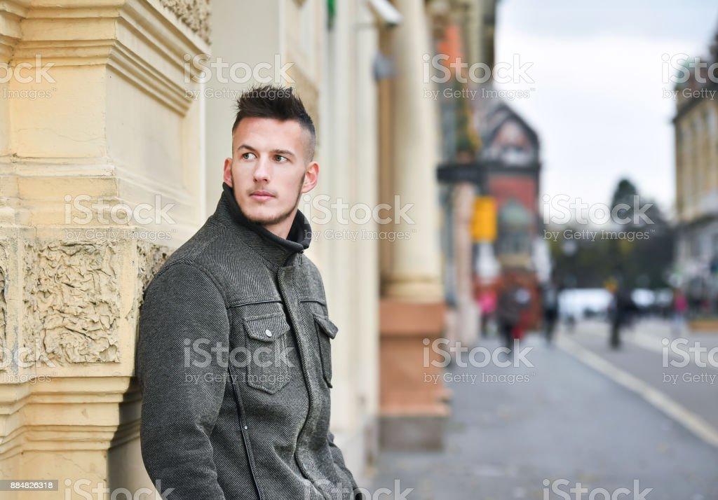 33abb3f4679445 Junger Mann An Die Wand Gelehnt Im Herbst Stockfoto und mehr Bilder ...