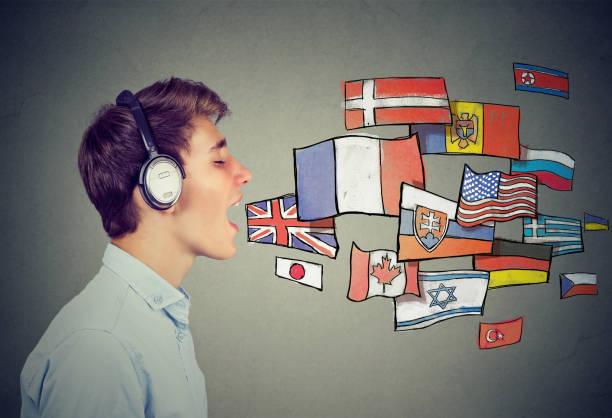Hombre joven de aprender idiomas - foto de stock