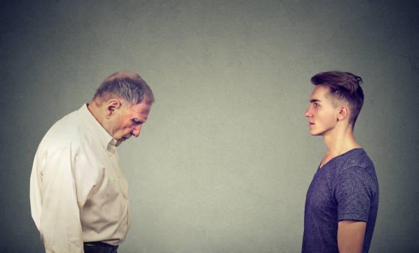 Junger Mann mit Blick auf Ältere deprimiert sich selbst – Foto